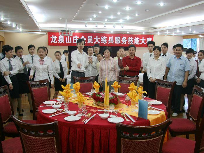 竞赛项目包括中式铺床,中餐宴会设计,中餐主题宴会摆台,湖北名菜等.图片